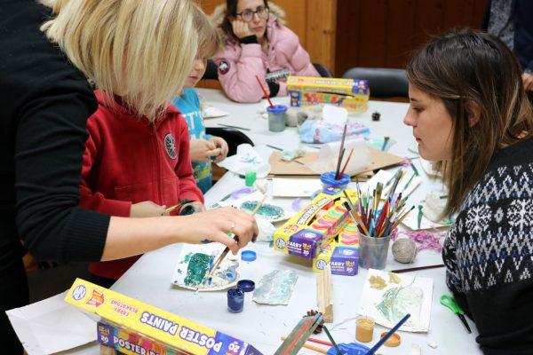 Dzieci i edukatorki podczas zajęć plastycznych :-)