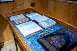 widok na część eksponatów galerii - dokumenty