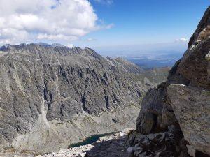 widoczny z oddali przełom skalny w Tatrach