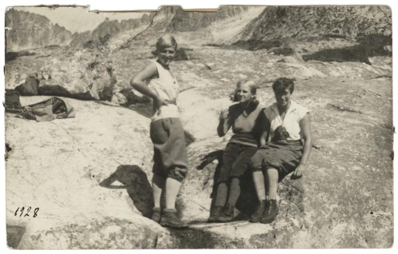 taterniczki odpoczywają przy skalnym głazie w Tatrach