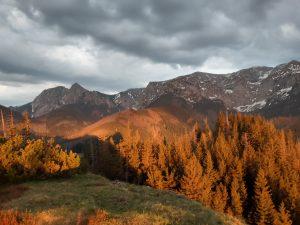zdjęcie wielobarwnych Tatr w zachodzącym słońcu