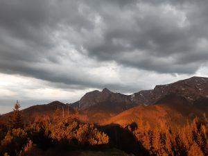 krajobraz Tatr w dali widoczny Giewont, mocne barwy