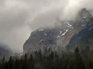 skalisty szczyt w Tatrach we mgle