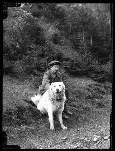 na zdjęciu Józef Oppenheim z psem owczarkiem podhalańskim
