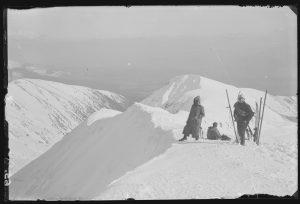 na tle Tatr na śniegu narciarze w strojach z początku XX wieku
