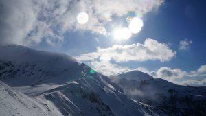 widok na ośnieżone tatrzańskie szczyty