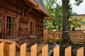 widok na zewnętrzną drewnianą elewacje