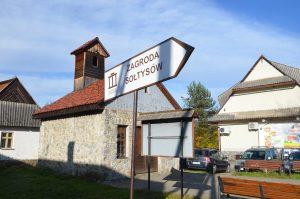 widok na kierunkowskaz do Zagrody w Jurgowie
