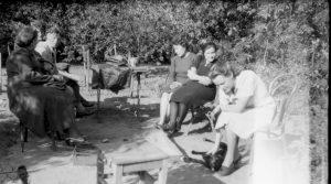 kobiety siedzące w warszawskim parku