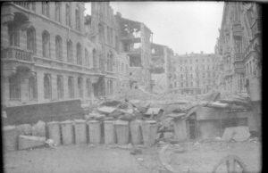 widok na zburzone budynki Warszawy 1944
