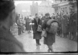 warszawska ulica - mieszkańcy opuszczają miasto