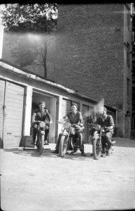 powstańcy, zdjęcie pozowane na motocyklach