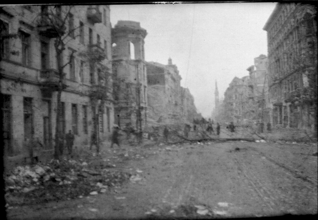 widok na ulice Warszawqy po powstaniu, gruz i zniszczone budynki