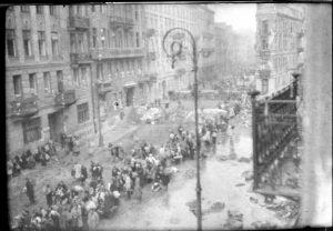 ludzie ewakuujący się z Warszawy - spora liczba osób idąca ulicą