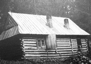 widok na drewniany budynek schroniska Pyszna
