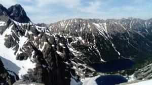 widok na Niżnie Rysyna szczytach jest śnieg