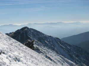 panorama Tatr lekka mgła i popruszone śniegiem Tatry