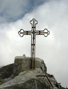 widok na krzyż na szczycie Gerlachu