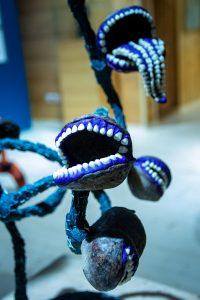 nowoczesna rzeźba z motywem zębów