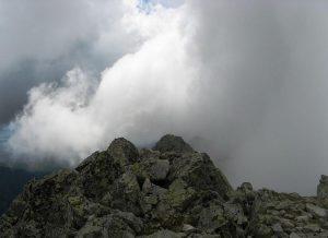 widok na tatrzańskie szczyty szczęściowo zakryte chmurami