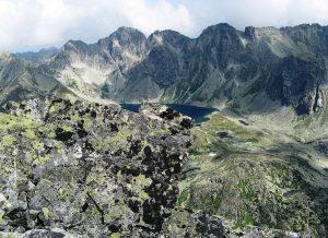 widok na panoramę Tatr - w oddali tatrzański staw