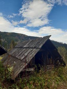 widok na zabytkowy drewniany tatrzański szałas