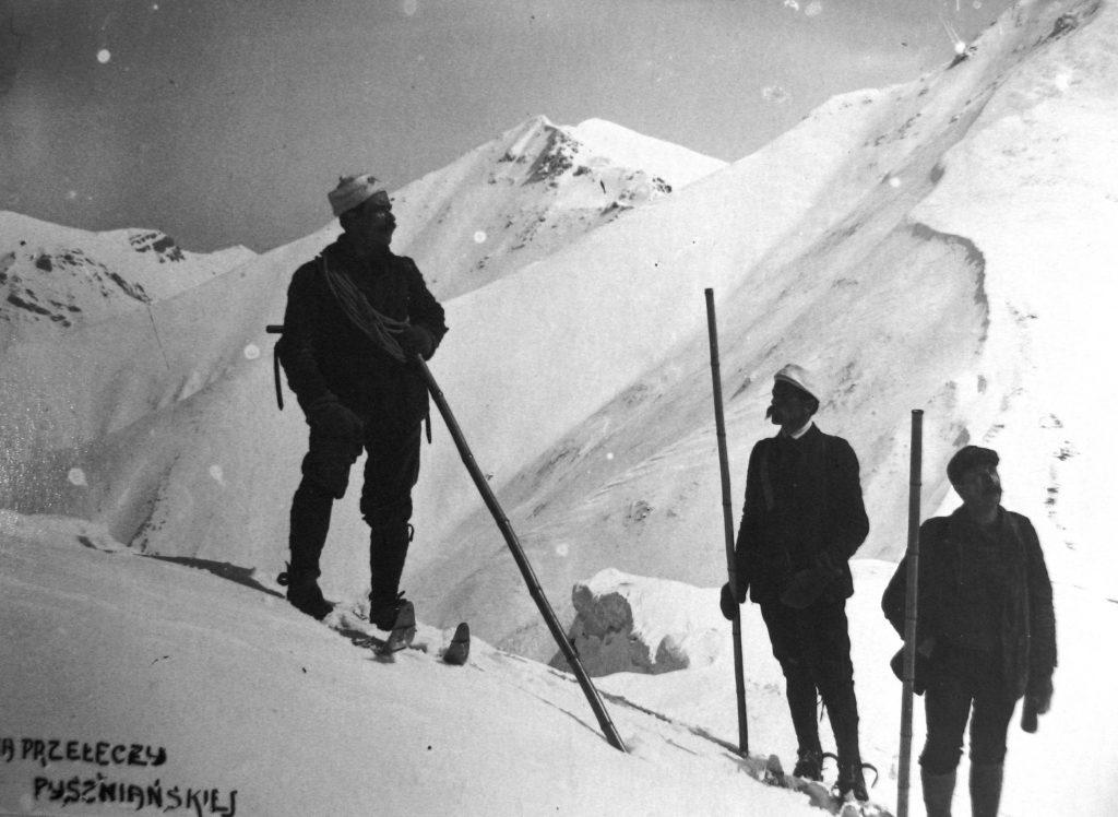zdjęcie archiwalne narciarze na tle Tatr