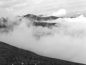 panorama na Tatry zakryta częściowo przez mgłę