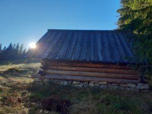 drewniany szałas w tatrzańskiej dolinie