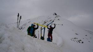 geupka narciarzy odpoczywających na śniegu
