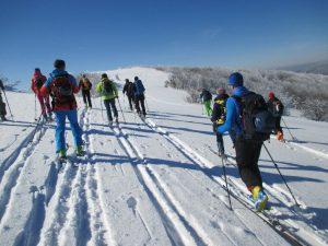 narciarze na trasie wędrujący na skiturach