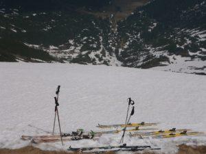 ułożone na śniegu, przygotowane do wpięcia narty