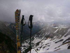 postawione na sztorc narty i wbite w śnieg kijki w Tatrach