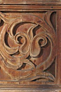 widok na drewnianą płaskorzeźbę