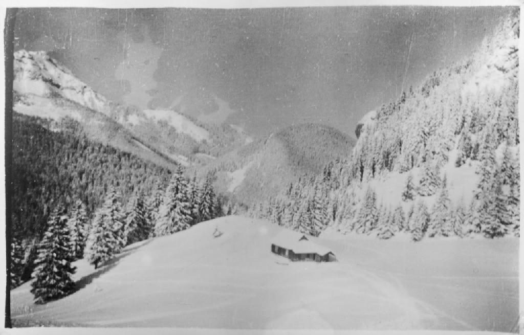 widoczne w oddali w śnieżnej panoramie schronisko na hali Miętusiej