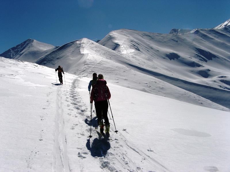 narciarze wędrujący po szlaku