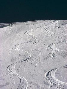 szlak na śniegu pozostawiony przez narty