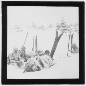 narty retro wbite w śnieg