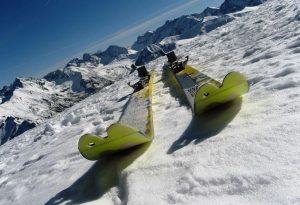 tatrzańskie narty widoczne na śniegu w Tatrach