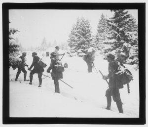 turyści na ośnieżonym śniegu