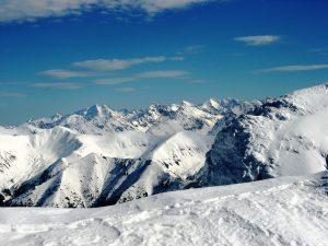 widok na zaśnieżone szczyty