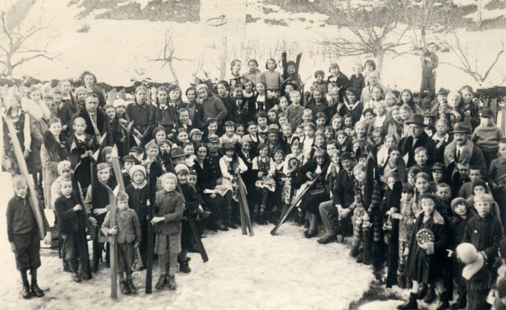 Kornel Makuszyński wśród dzieci - zdjęcie w zimowej scenerii