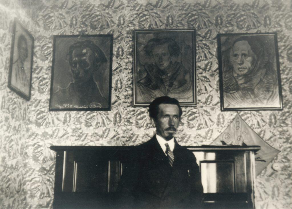 Józef Fedorowicz w willi Atlas na tle swoich portretów autorstwa Witkacego, 1929