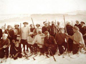 grupowe zdjęcie narciarzy retro na Kasprowym Wierchu