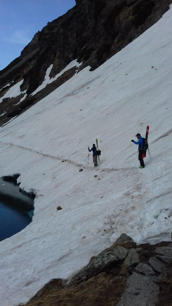 narciarze ze sprzętem na szlaku