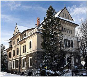 widok główny gmach Muzeum Tatrzańskikego zimą
