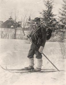 Zaruski pozujący zimą na nartach