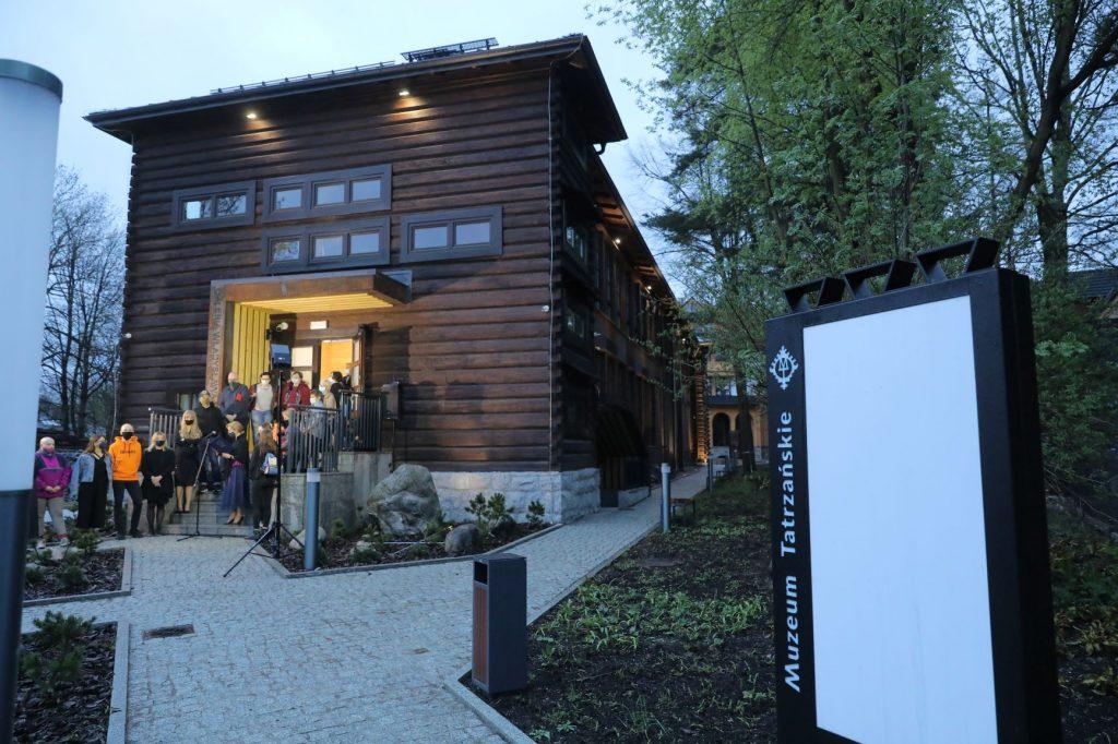wejście do Galerii Władysława Hasiora