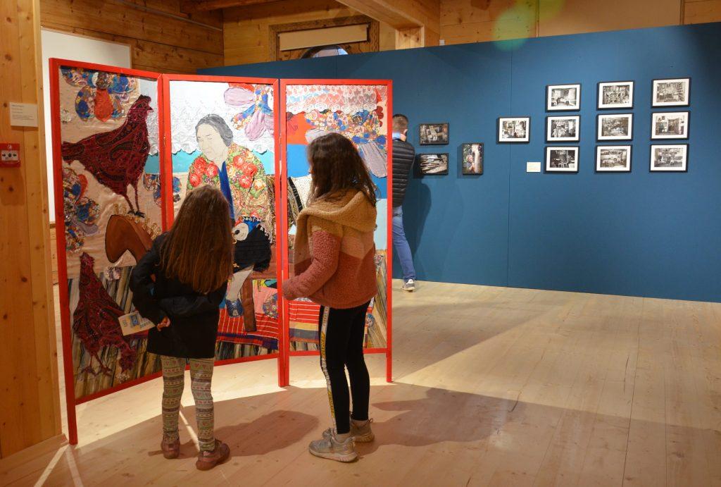 zwiedzający wystawę czasową w Okszy