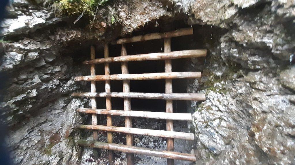 zamknięte drewnianą kratą wejście do sztolni